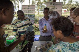 Marché aux produits du Forum PPI 2016 à Limbe, Cameroun. Pierre MOUKOUDI, technicien de transformation pour l'ONG camerounaise Tropical Forest & Rural Development, présente ses produits.